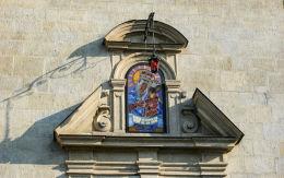 Kapliczka w fasadzie kościoła Matki Bożej Piaskowej (karmelitów) od strony ul. Garbarskiej. Kraków, Kraków.