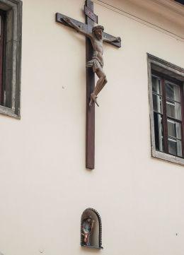 Krzyż pasyjny i kapliczka w elewacji dawnego szpitala św. Rocha. Kraków, Kraków.