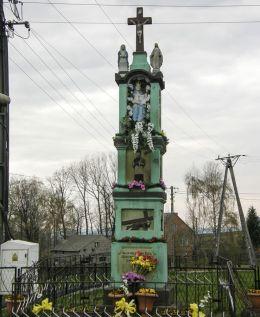 Przydrożna kapliczka słupowa Matki Boskiej z Dzieciątkiem z końca XIX wieku. Grabie, gmina Skawina, powiat krakowski.