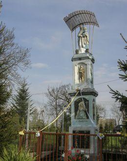 Przydrożna kapliczka słupowa Najświętszej Maryi Panny ufundowana w 1884 roku przez Magdalenę Łachman. Jurczyce, gmina Skawina, powiat krakowski.