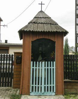 Przydrożna drewniana kapliczka domkowa z figurą św. Jana Nepomucena. Wola Radziszowska, gmina Skawina, powiat krakowski.