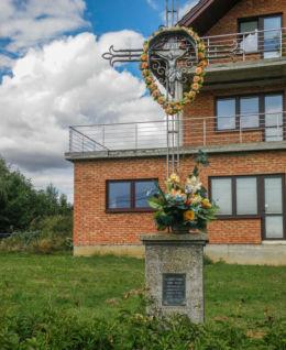 Przydrożny krzyż przed budynkiem nr 26. Fundatorzy  Józef i Otylia Doncowie. Żerkowice, gmina Iwanowice, powiat krakowski.