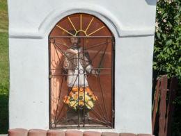 Przydrożna kapliczka z figurą św. Jana Nepomucena. Laskowa, powiat limanowski.
