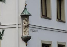 Kapliczka na ścianie budynku. Limanowa, powiat limanowski.
