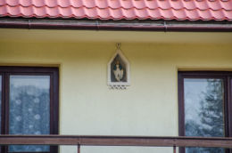 Kapliczka wnękowa w ścianie domu. Ujanowic, powiat limanowski.