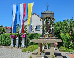 Kapliczka św. Antoniego powstała na pamiątkę roku jubileuszowego 2000. Dziekanowice, gmina Dobczyce, powiat myślenicki.