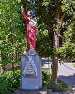 Przydrożna figura Pana Jezusa, ufundowana przez rodzinę Latoniów w 1953 r. Harbutowice, gmina Sułkowice, powiat myślenicki.