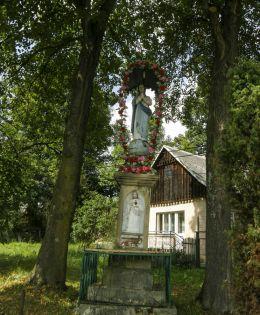 Przydrożna kapliczka NMP Niepokalanie Poczętej z 1897 r. Skomielna Czarna, gmina Tokarnia, powiat myślenicki.