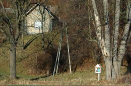 Przydrożna drewniana kapliczka na słupku. Kopciowa, Gmina Krynica-Zdrój, powiat nowosądecki.
