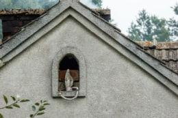 Kapliczka wnękowa w ścianie domu. Roztoka,  gmina Gródek nad Dunajcem, powiat nowosądecki.
