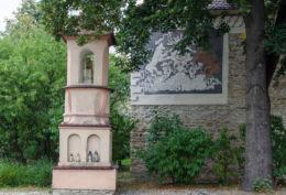 Kapliczka przydrożna z figurą Chrystusa Frasobliwego. Stary Sącz, powiat nowosądecki.