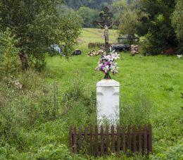 Krzyż przydrożny metalowy na kamiennym postumencie. Polany, gmina Krynica-Zdrój, powiat nowosądecki.