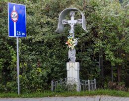 Krzyż przydrożny metalowy na kamiennym postumencie. Kamianna, gmina Łabowa, powiat nowosądecki.
