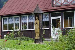 Przydrożna kapliczka drewniana z wnęką mieszczącą frigurę św. Maryi. Kamianna, gmina Łabowa, powiat nowosądecki.