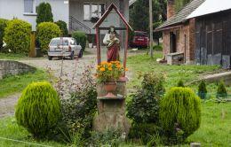 Przydrożna kapliczka oszklona z figurą Chrystusa. Binczarowa, gmina Grybów, powiat nowosądecki.