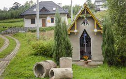 Kapliczka przydrożna domkowa murowana. Binczarowa, gmina Grybów, powiat nowosądecki.
