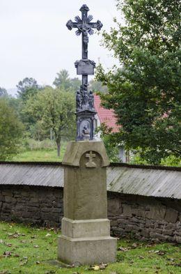 Krzyż metalowy na kamiennym postumencie obok cerkiewi p.w. św. Dymitra.. Binczarowa, gmina Grybów, powiat nowosądecki.
