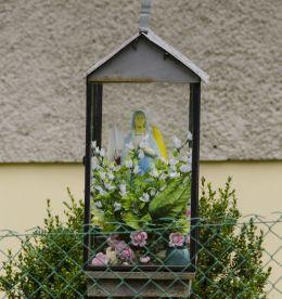 Przydrożna kapliczka oszklona z figurą św. Maryi. Binczarowa, gmina Grybów, powiat nowosądecki.