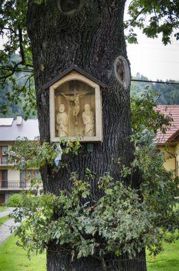 Przydrożna kapliczka, na drzewie. Królowa Górna, gmina Kamionka Wielka, powiat nowosądecki.