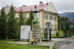 Przydrożna kapliczka murowana frigurą św. Maryi. Ptaszkowa, gmina Grybów, powiat nowosądecki.