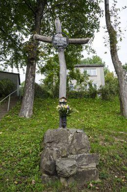 Przydrożny krzyż drewniany z 1913 r. Grybów, powiat nowosądecki.