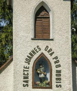 Przydrożna domkowa pw. Matki Bożej Różańcowej zXIX w. We wnęce nad wejściem znajduje się polichromowana figura św. Jana Nepomucena z 1908 r. Jabłonka Wdówkowa, gmina Jabłonka, powiat nowotarski.