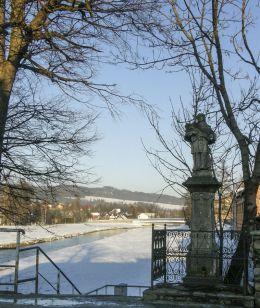 Przydrożna kapliczka z figurą św. Jana Nepomucena. Nowy Targ, powiat nowotarski.