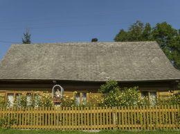 Przydrożna kapliczka z figurą św. Jana Nepomucena. Podczerwone, gmina Czarny Dunajec, powiat nowotarski.