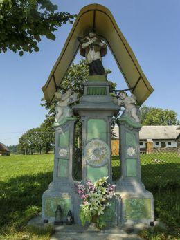 Przydrożna kapliczka pochodząca z warsztatu kamieniarskiego w Orawskim Białym Potoku. Podwilk, gmina Jabłonka, powiat nowotarski.