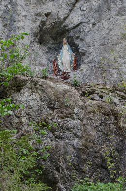 Przydrożna kapliczka w skale. Szczawnica, powiat nowotarski.