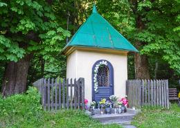 Kapliczka przydrożna domkowa, murowana. Sucha Beskidzka, powiat suski.