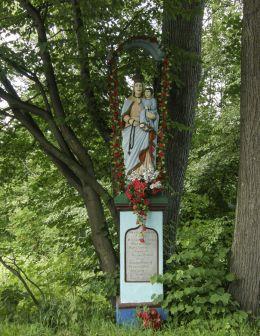 Przydrożna kapliczka z figurą Matki Bożej z Dzieciątkiem. Ufundowana przez Michała Mamlika w 1907 r. Bieńkówka, gmina Budzów, powiat suski.