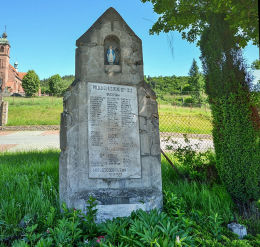 Kapliczka przydrożna, pomnik poległych za ojczyznę z 1928 r. Budzów, powiat suski.