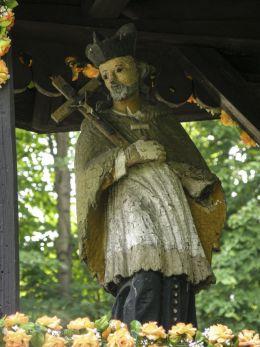 Figura św. Jana Nepomucena z 1815r w przydrożnej kapliczce drewnianej. Bystra, powiat suski.