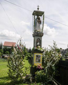 Przydrożna kapliczka z figurą Matki Bożej z Dzieciątkiem. Położona na roli Wronowej, ufundowana przez Wawrzyńca i Katarzynę Wróblów w 1918 r. Bystra, powiat suski.