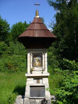 Przydrożna kapliczka Matki Boskiej Akowskiej z 1983 r. na Hali Malinowej. Sidzina, gmina Bystra-Sidzina, powiat suski.