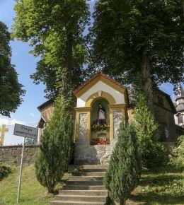 Przydrożna kapliczka z figurą św. Jana Nepomucena. Zawoja, powiat suski.