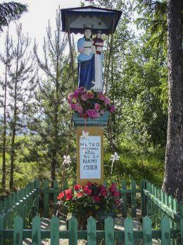 Przydrożna kapliczka murowana z 1988 roku. Sidzina, gmina Bystra-Sidzina, powiat suski.