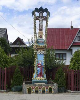 Przydrożna kapliczkaz figurą Chrystusa Ukrzyżowanego. Ufundowana w 1880 r. przez Jana Czarniaka. Sidzina, gmina Bystra-Sidzina, powiat suski.
