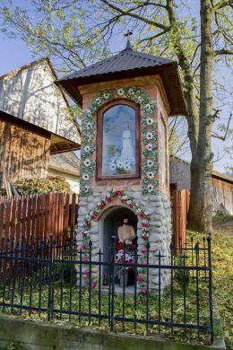 Przydrożna kapliczka na Roli Majowej. Wzniesiona przez Jana Banasika w 1910 r. na miejscu starej zniszczonej kapliczki. Sidzina, gmina Bystra-Sidzina, powiat suski.