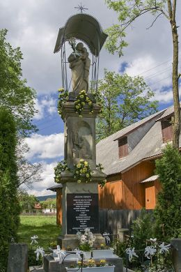 Przydrożna kapliczka z figurą św. Józefa z Dzieciątkiem z1891 r. Ufundowana przez Kazimierza i Rozalię Szymurdziaków. Sidzina, gmina Bystra-Sidzina, powiat suski.