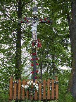 Przydrożny krzyż drewniany. Sidzina, gmina Bystra-Sidzina, powiat suski.