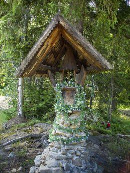 Kapliczka przydrożna na roli Podleśnej koło szlaku prowadzącego na Halę Malinową. Fundator Antoni Jaromin. Sidzina, gmina Bystra-Sidzina, powiat suski.