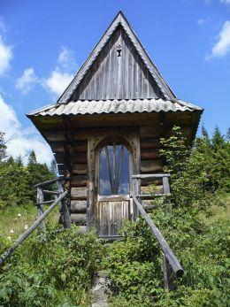 Kapliczka przydrożna domkowa drewniana. Sidzina, gmina Bystra-Sidzina, powiat suski.