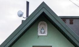 Kapliczka wnękowa w szczycie budynku. Dzierżaniny, gmina Zakliczyn, powiat tarnowski.