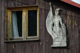 Płaskorzeźba św. Jana Nepomucena na ścianie budynku obok Sanktuarium Matki Boskiej Niezawodnej Nadziei.. Jamna, gmina Zakliczyn, powiat tarnowski.