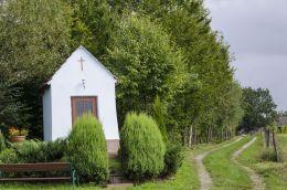 Przydrożna kapliczka domkowa murowana. Jastrzębia, gmina Ciężkowice, powiat tarnowski.