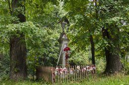 Kamienny krzyż przydrożny. Kipszna, gmina Ciężkowice, powiat tarnowski.