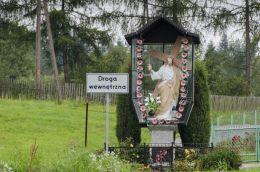 Przydrożna kapliczka oszklona z figurą Chrystusa. Dzierżaniny, gmina Zakliczyn, powiat tarnowski.