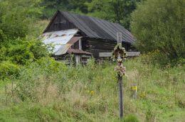 Drewniana kapliczka z figurą Jezusa Frasobliwego. Paleśnica, gmina Zakliczyn, powiat tarnowski.